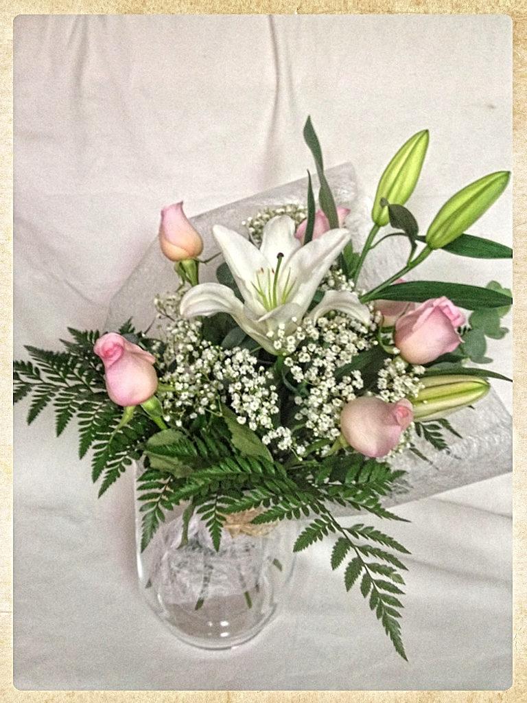 Ramo de 6 rosas y lilium oriental