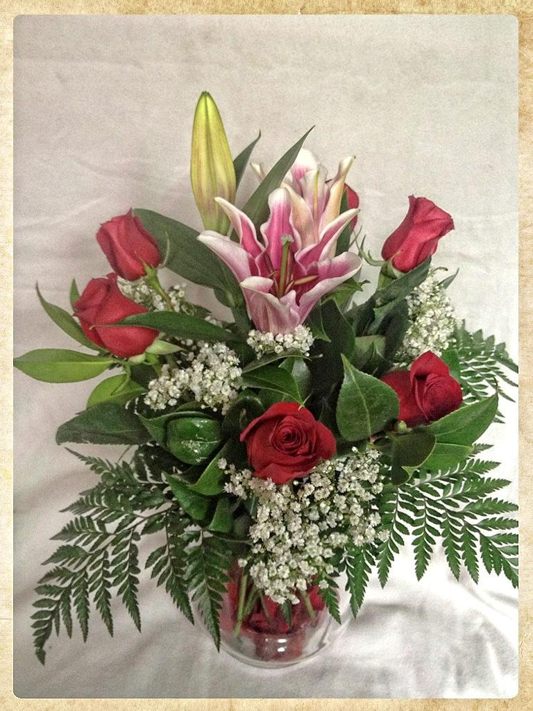 Bouquet 6 rosas rojas y lilium oriental