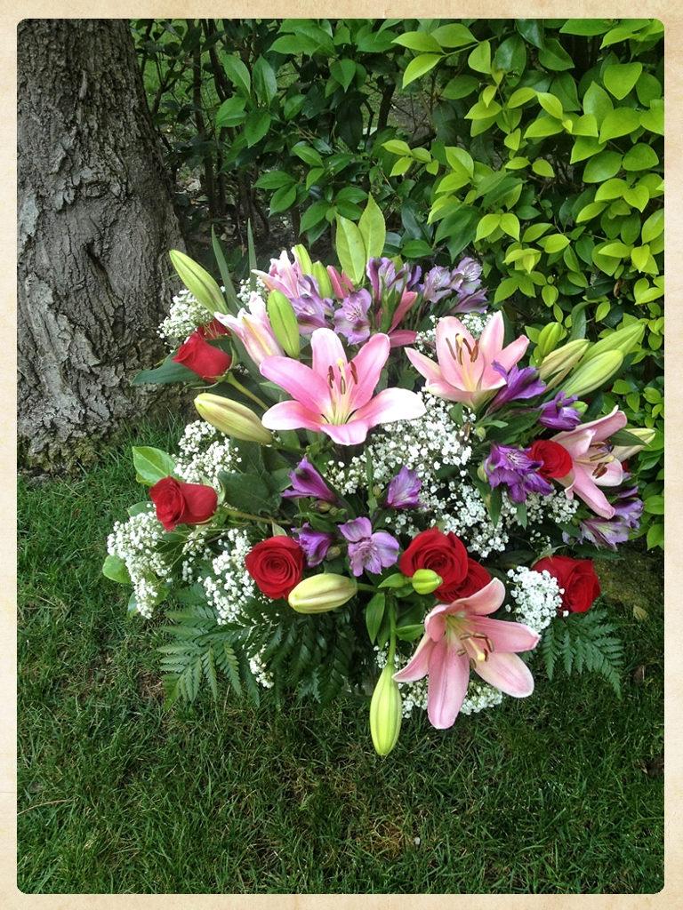 Ramo aniversario 12 rosas con alstromelias, liliums, paniculata y verdes variados