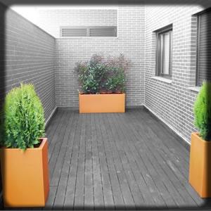 Decoración exterior con flores y plantas