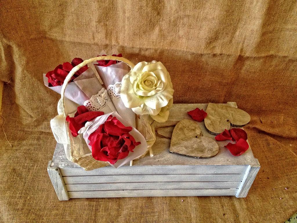 Cesta con cucuruchos para pétalos de flores